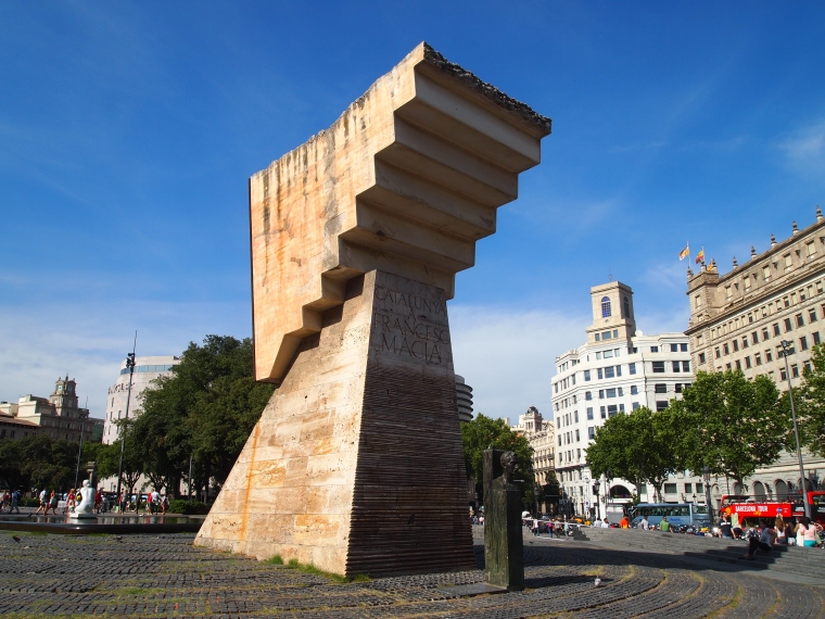 a monument at Plaza de Catalunya