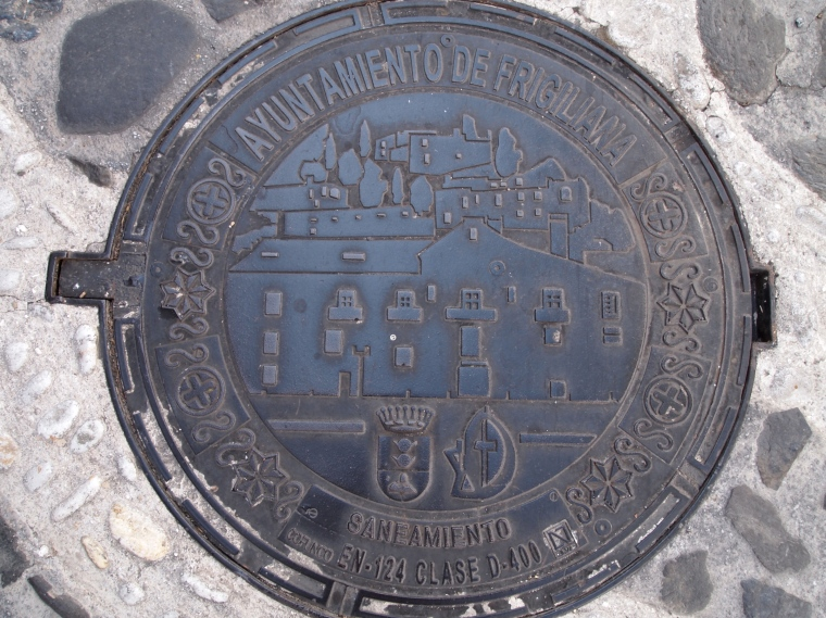 manhole cover with the city's name and picture