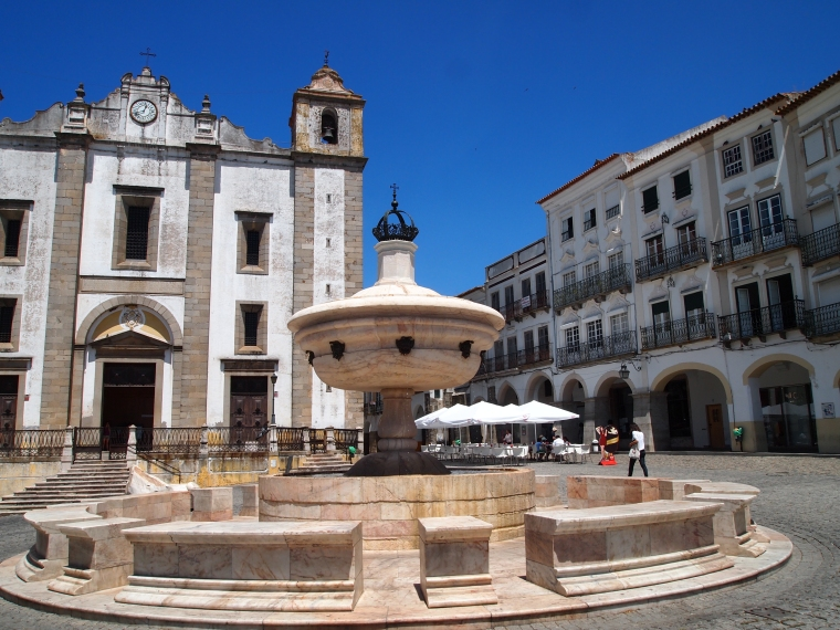 the Renaissance fountain in Giraldo Square