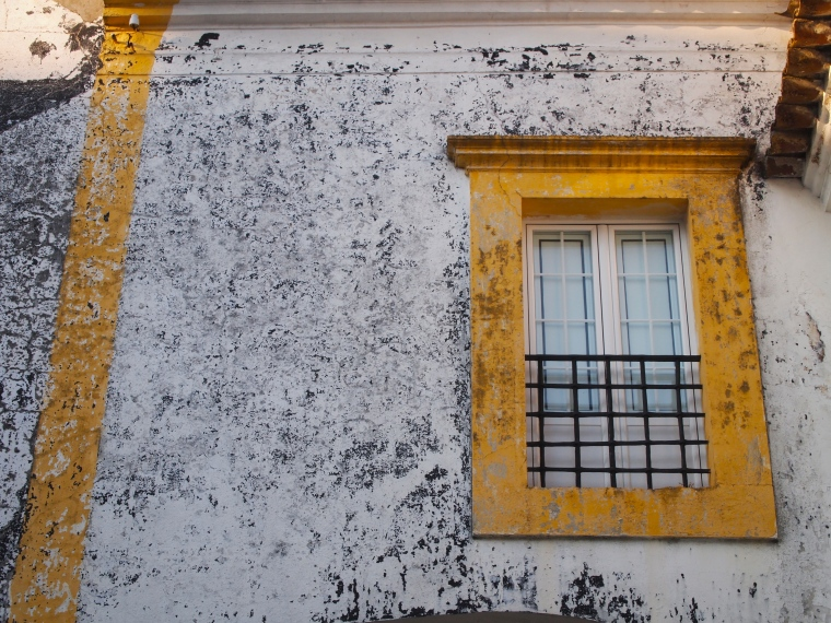 shabby chic windows in Evora