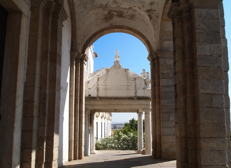 Unmarked entrance to Universidade de Evora