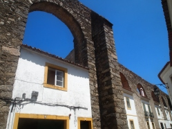 Buildings built into the arches of the Água de Prata Aqueduct