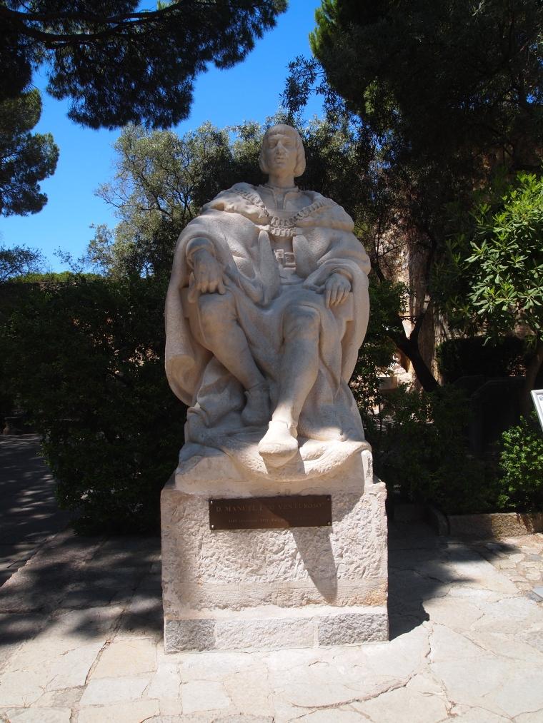 statue at Castelo de São Jorge