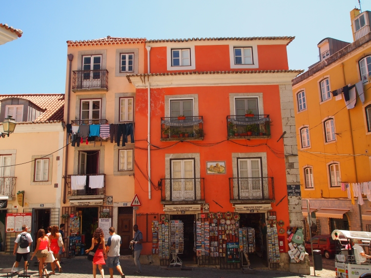 the neighborhood around the Castelo de São Jorge