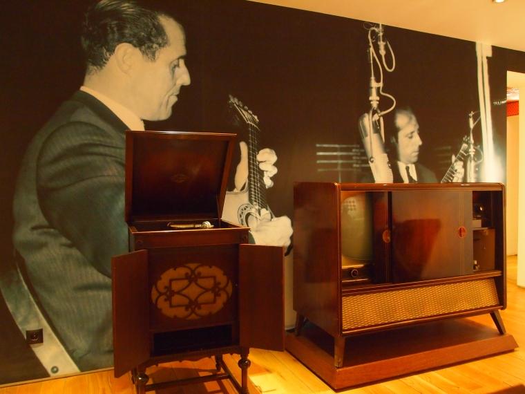 a room to listen to fado