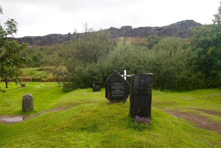 Pingvallakirkja's cemetery