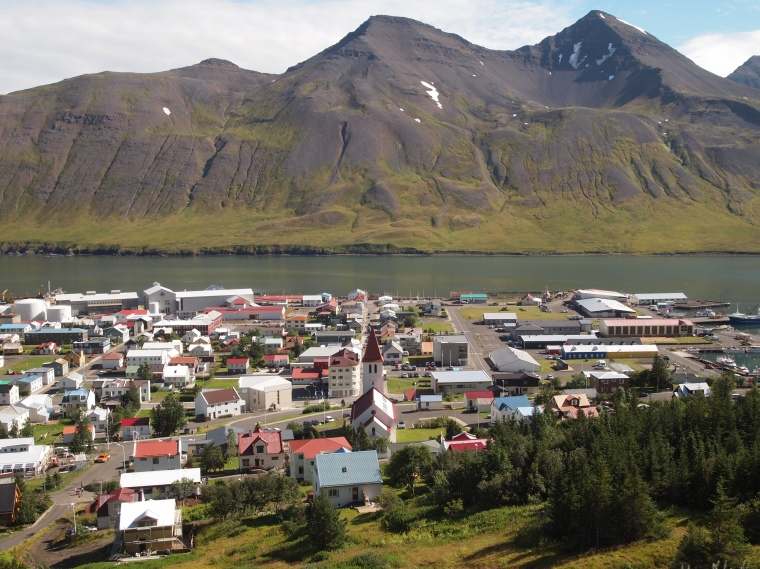 walking back down to Siglufjörður
