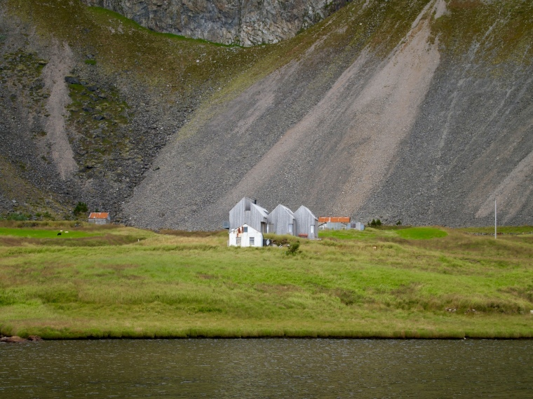 farm nestled next to Eystrahorn
