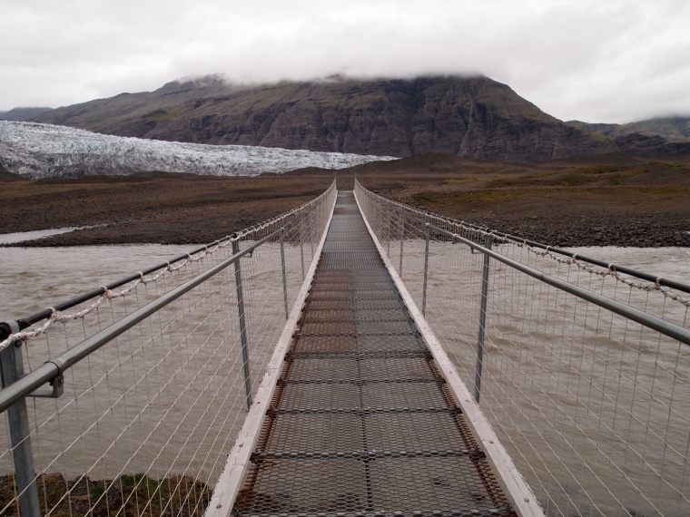 the wobbly suspension bridge at Fláajökull