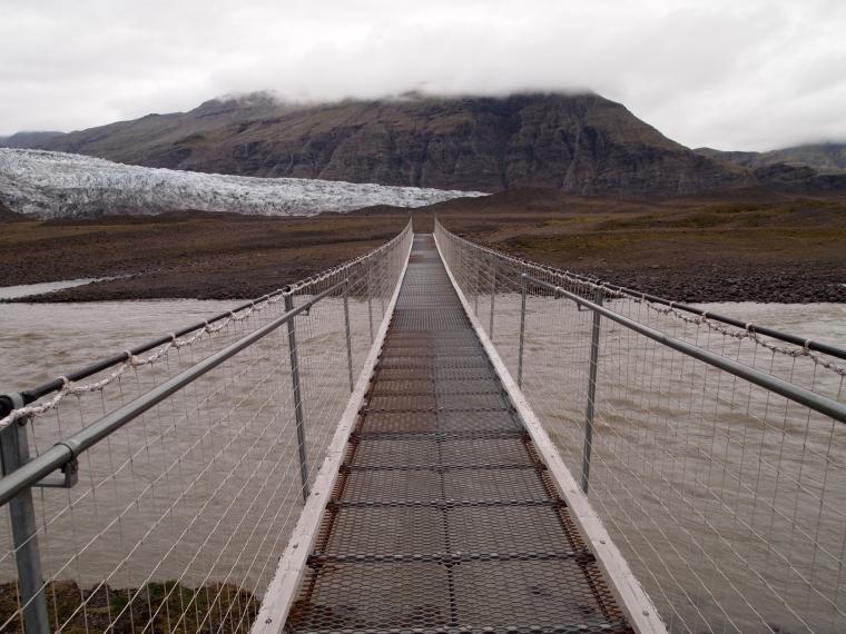 the wobbly suspension bridge at Fláajökull