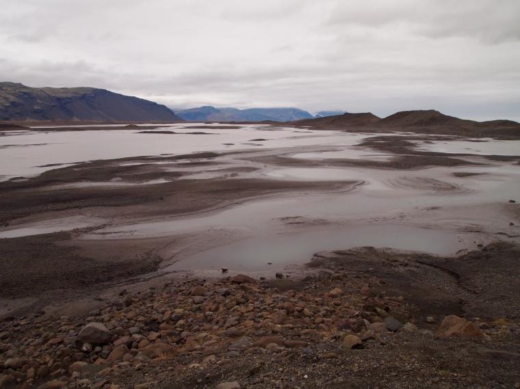 the barren landscape around Fláajökull