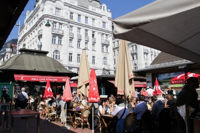 outdoor dining at Naschmarkt